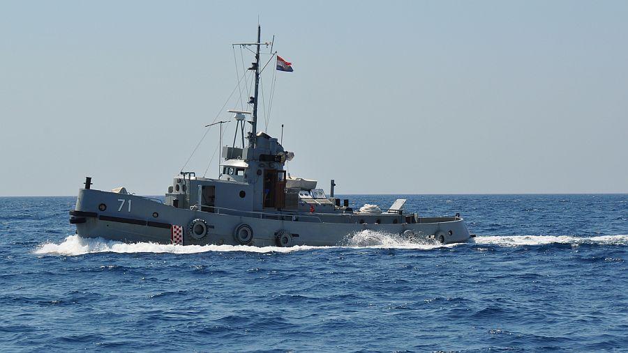 kroatisches-militaerschiff-querab