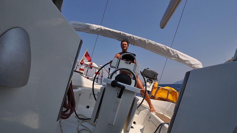 skipper-beim-steuern