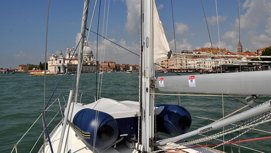 segelboot-vor-canale-grande