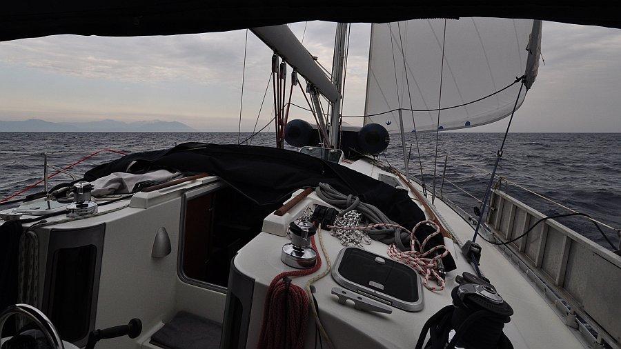 unter-segeln-auf-hoehe-albanien