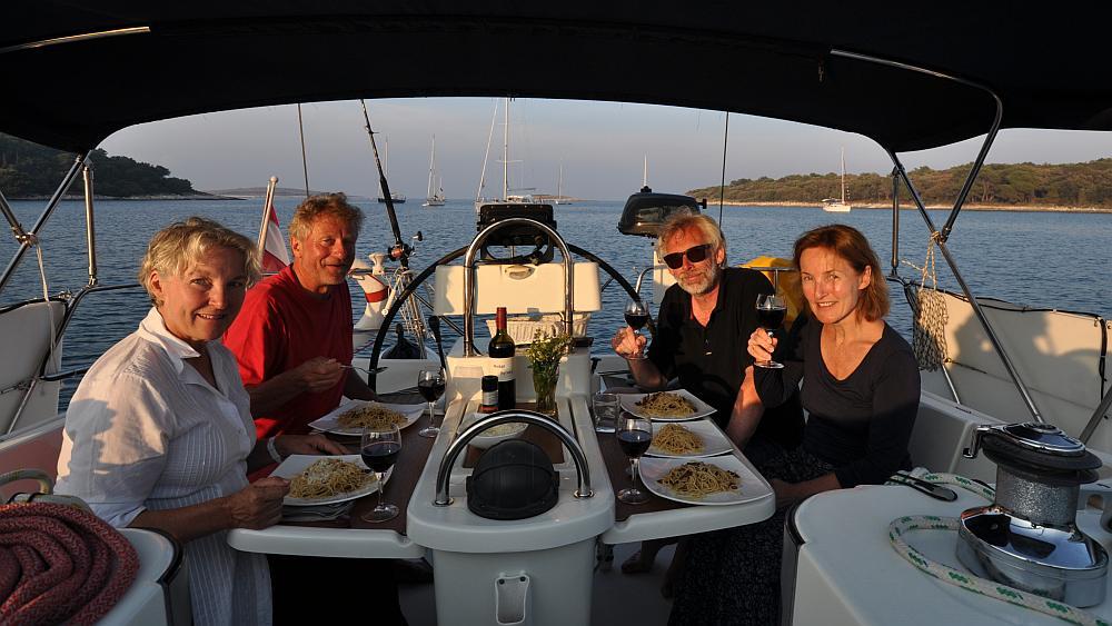 crew-beim-essen-im-cockpit