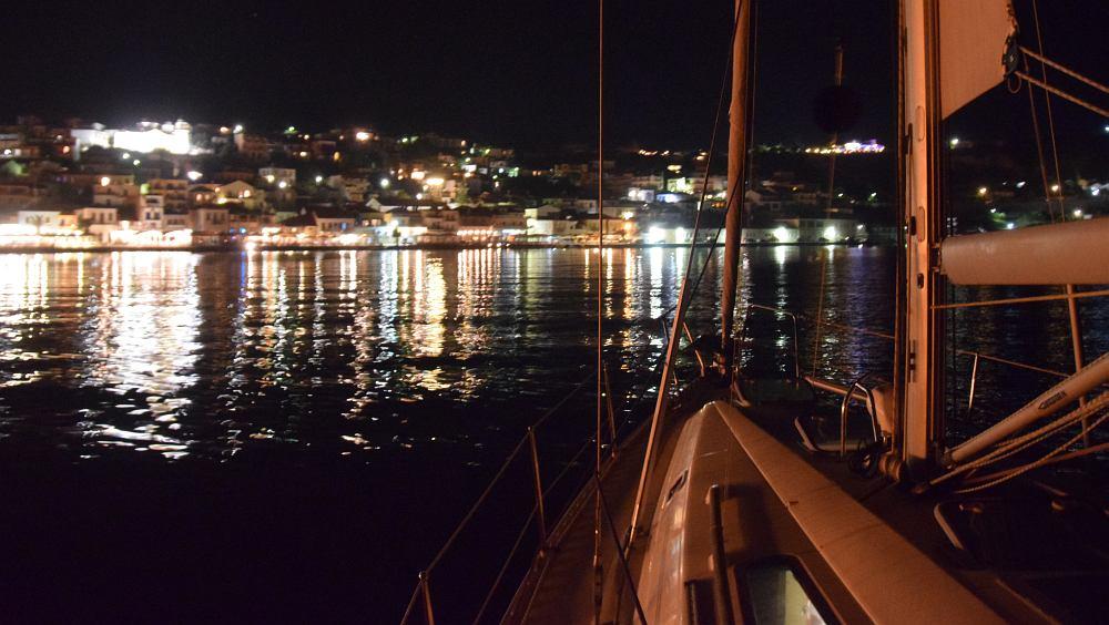 koroni-hafenpromenade-bei-nacht