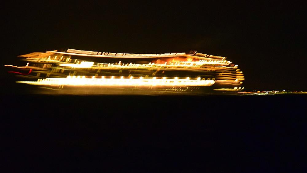 meilentoern-kreuzfahrtschiff-bei-nacht