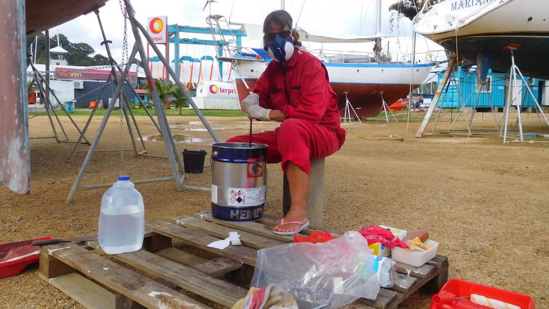 Weltumsegelung mit der SY Atanga: Hier Sabine beim Antifouling streichen...