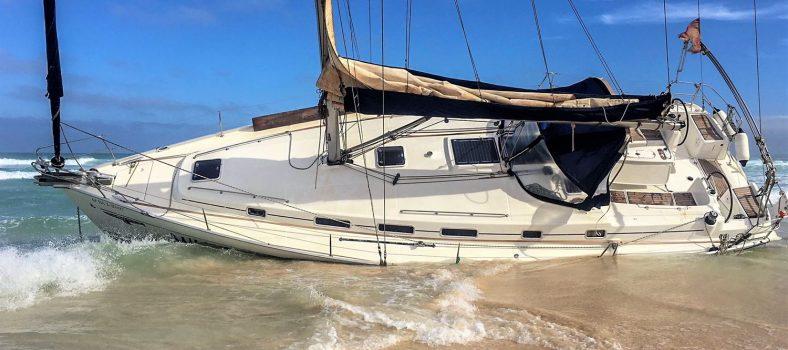 Yachtunfall: Eine gestrandete Yacht in der Ägäis